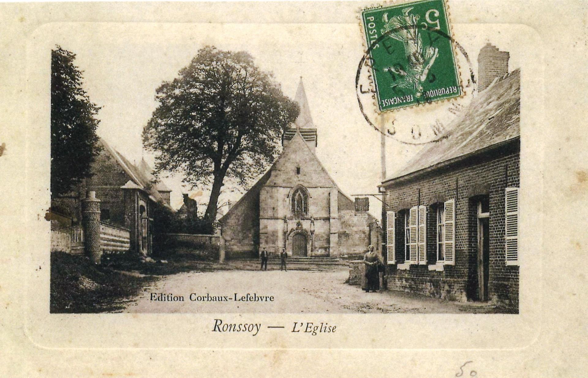 L'ancienne église et l'entrée du château sur la gauche